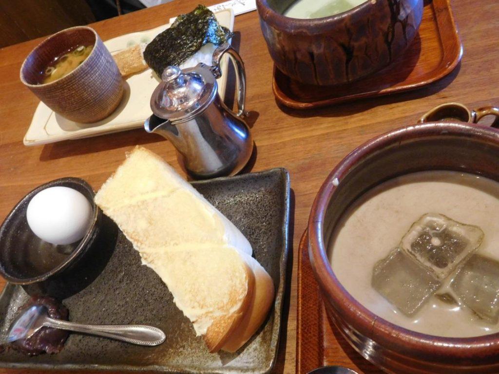 トーストセット(トースト・あんこ・ゆで卵)とアイスほうじ茶オーレ(ドリンク代520円)