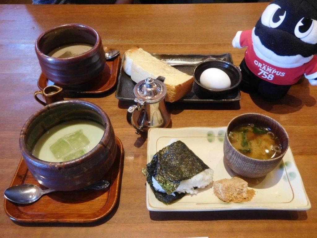 おにぎりセット(おにぎり・味噌汁・わらびもち)アイス抹茶オーレ(ドリンク代520円)