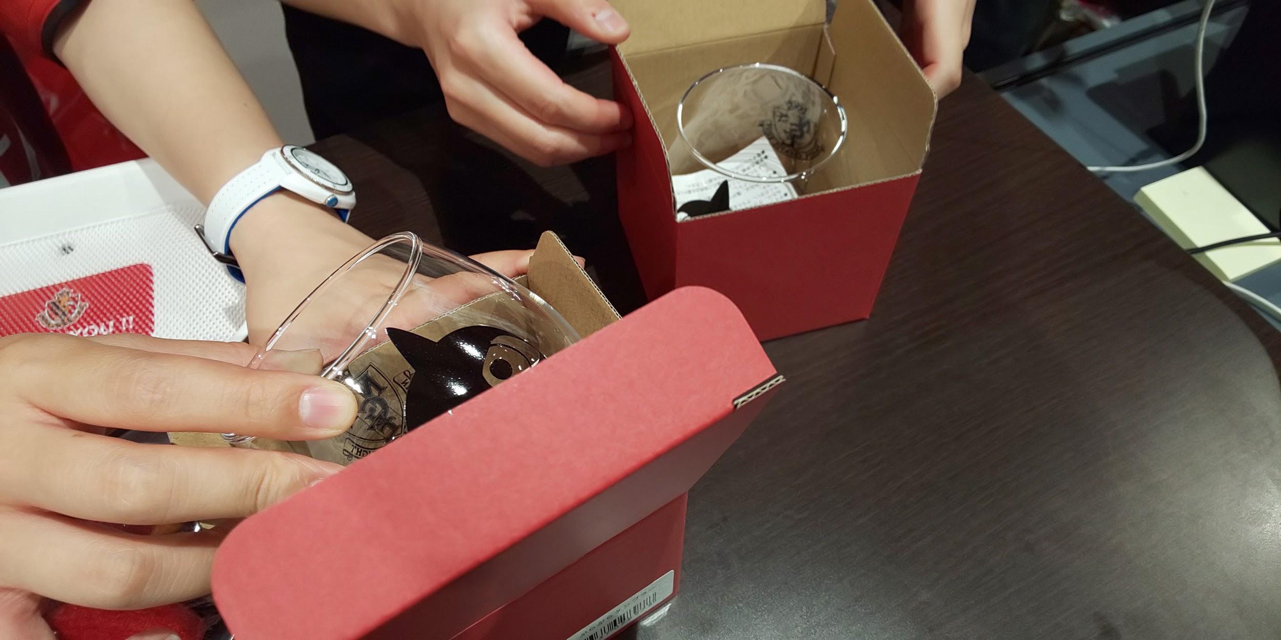 グッズを速やかに包装するスタッフ