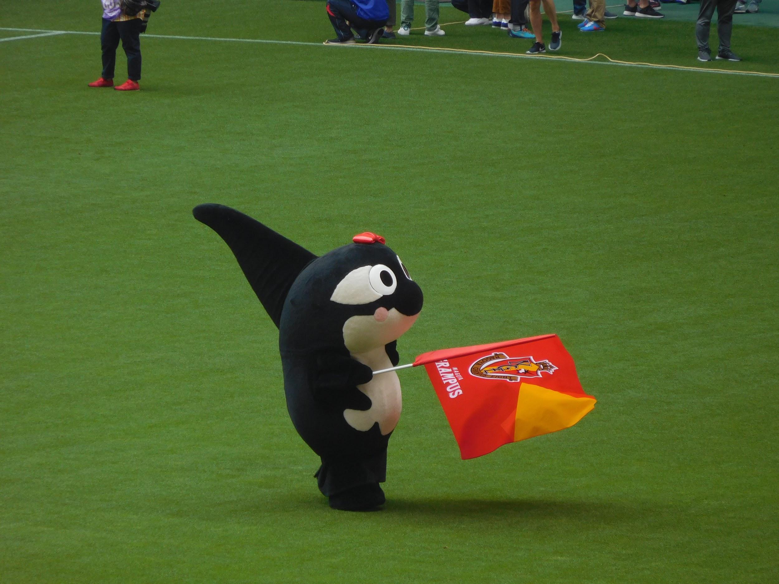 選手紹介に合わせて旗を振るグランパコちゃん
