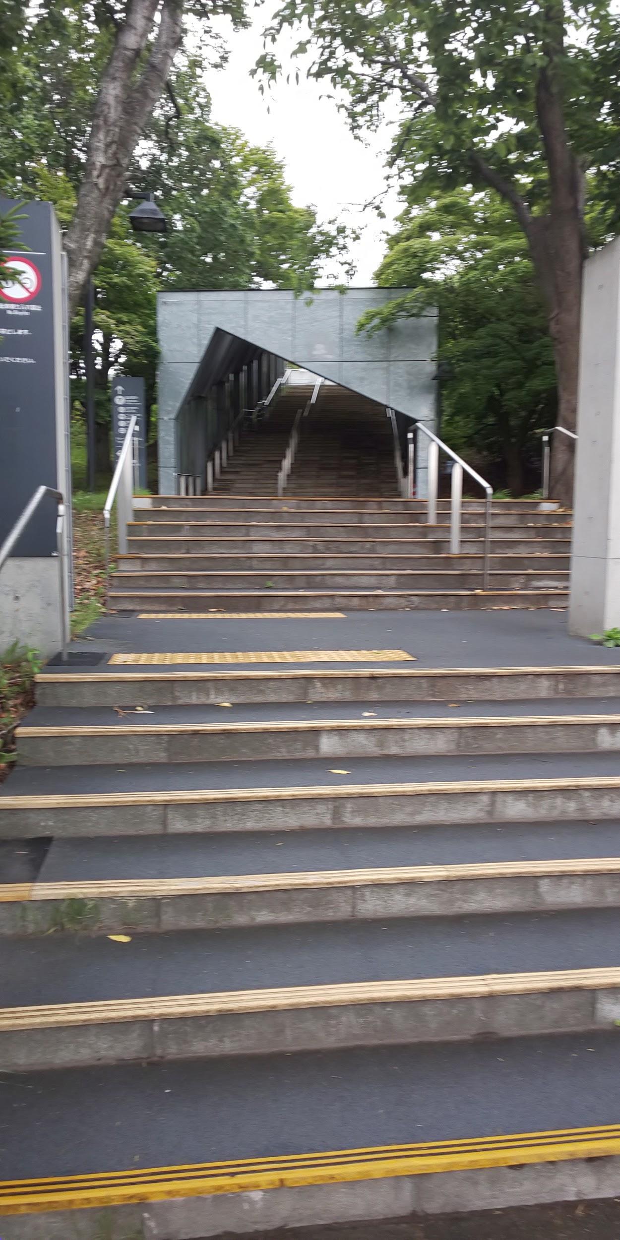 バス停そばの階段をひたすら登る