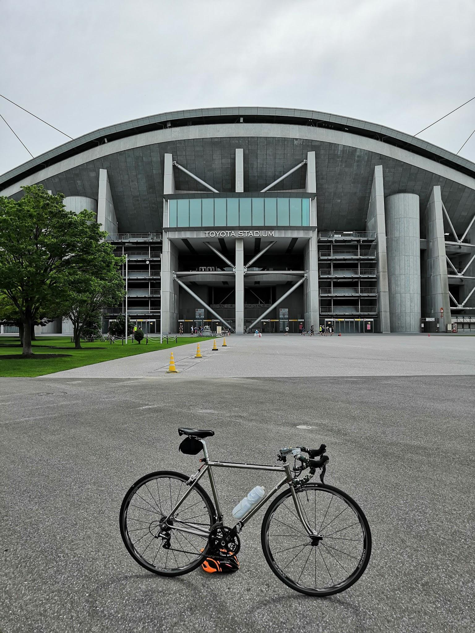 豊田スタジアムと自転車