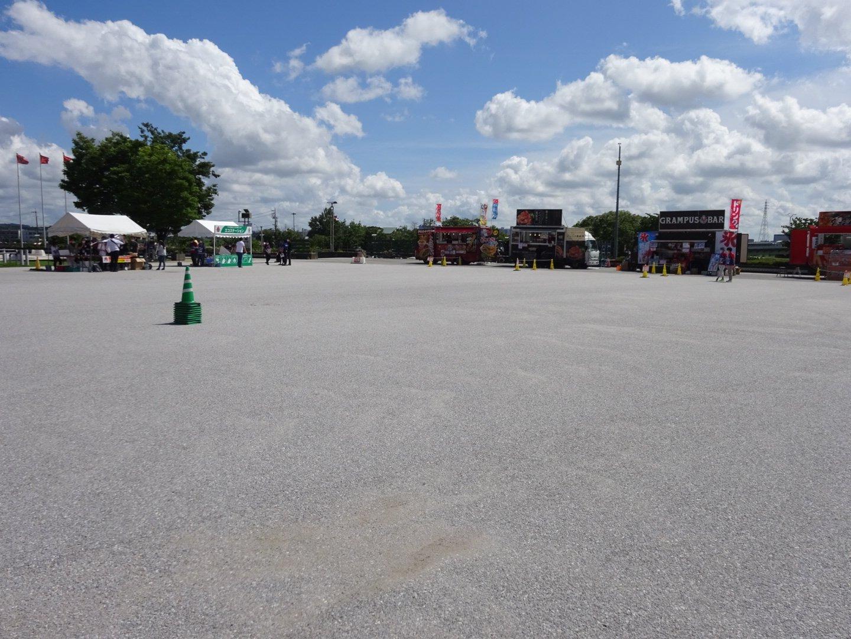 人のいないスタジアム前広場