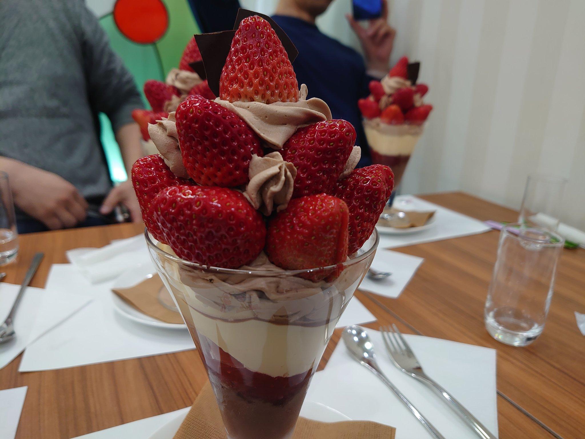 冬季限定のチョコレート&イチゴのパフェ