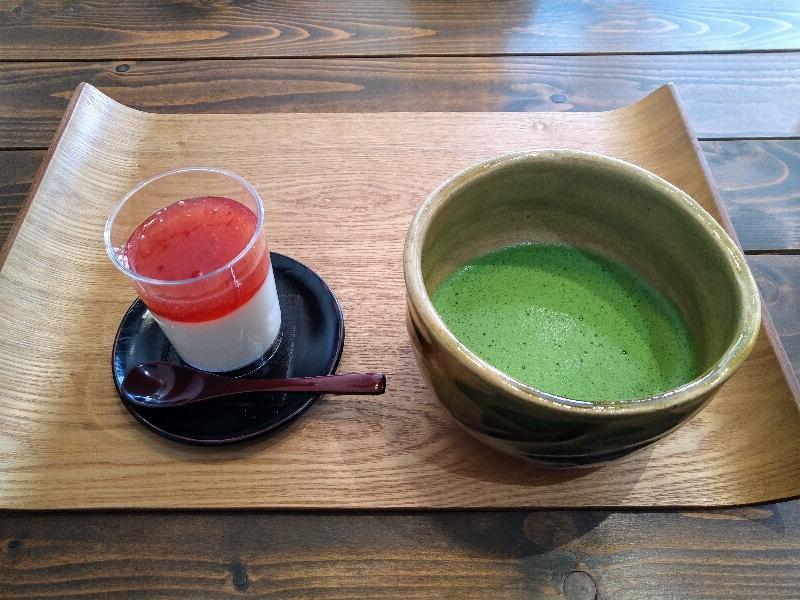 和葛(やわくず)いちごと抹茶のセット。