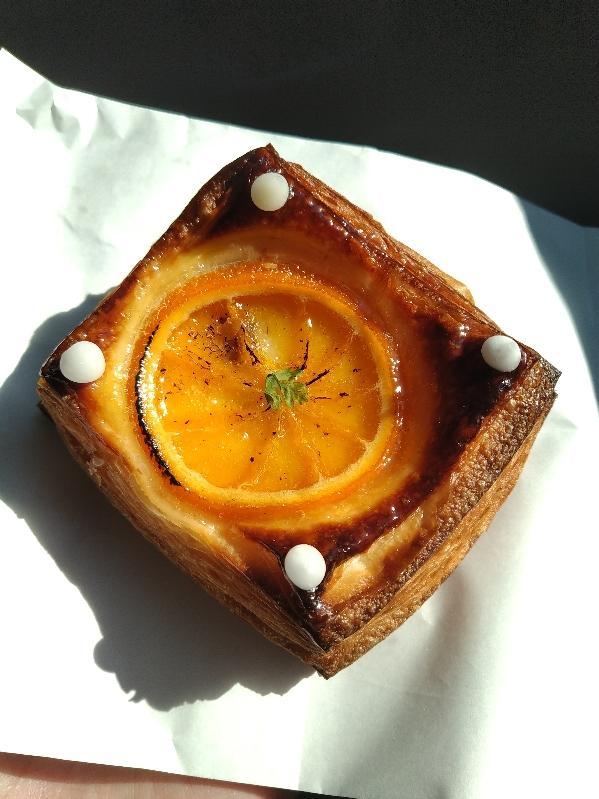 輪切りのオレンジが載ったオランジェ