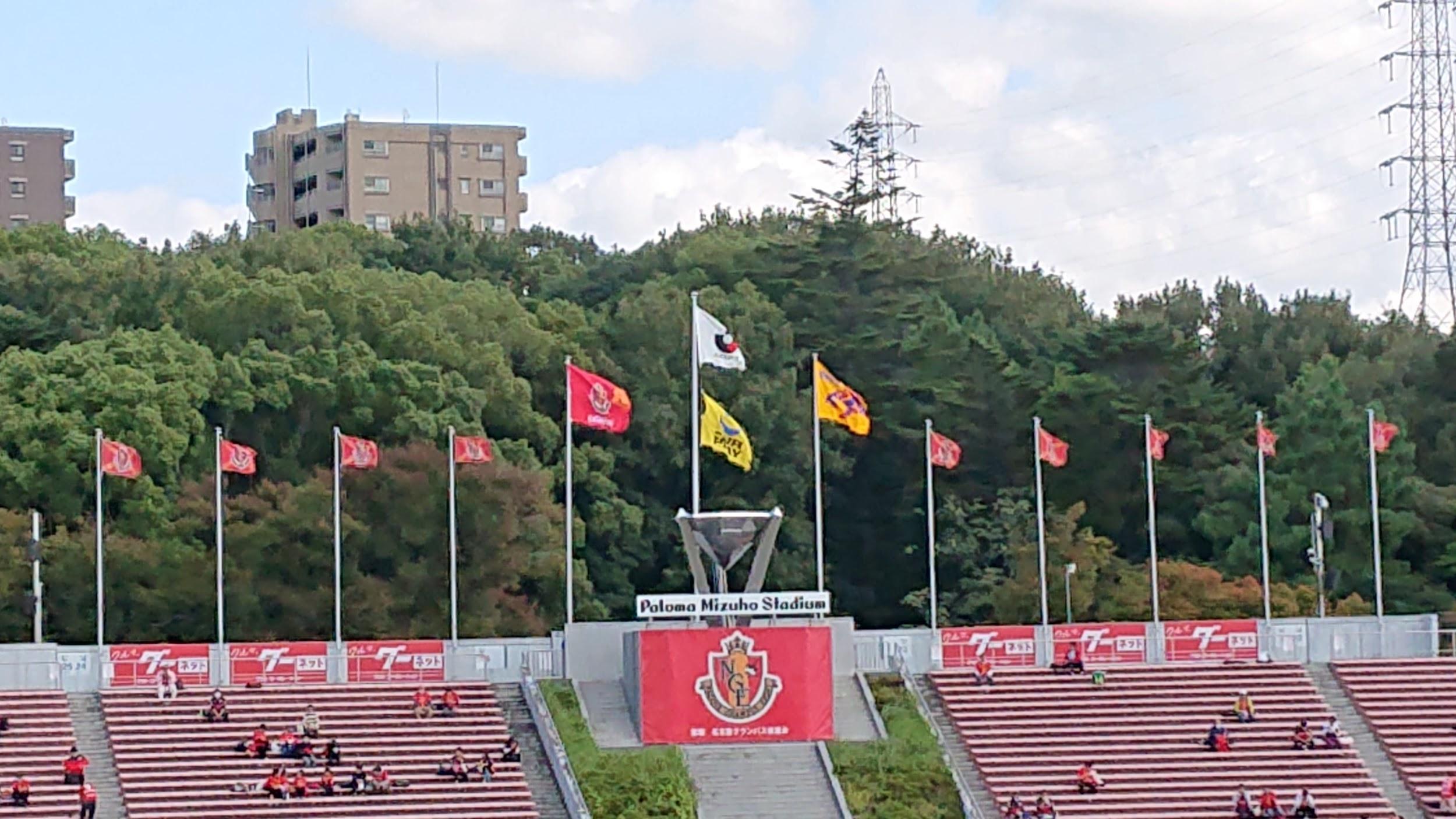 風に翻るグランパスの旗たち